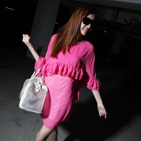 桃红色花边连衣裙搭配