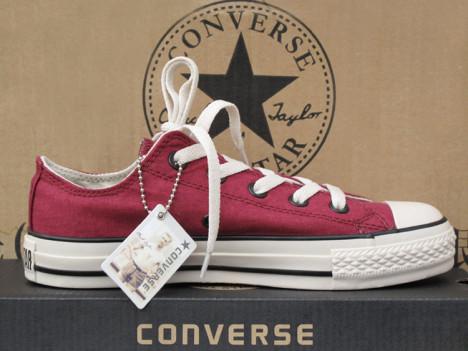 酒红色运动鞋搭配图片