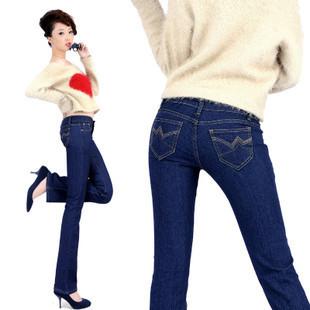 深蓝色喇叭牛仔裤搭配图片