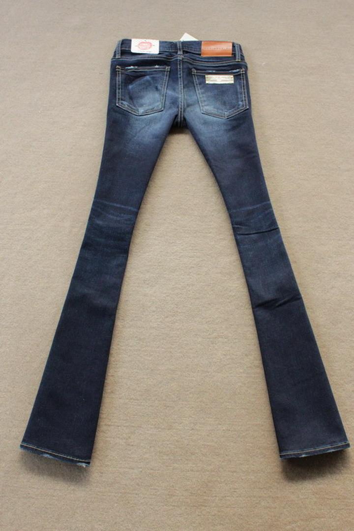 深蓝色喇叭牛仔裤搭配