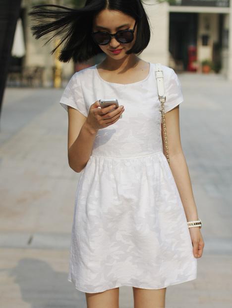 白色暗花连衣裙搭配