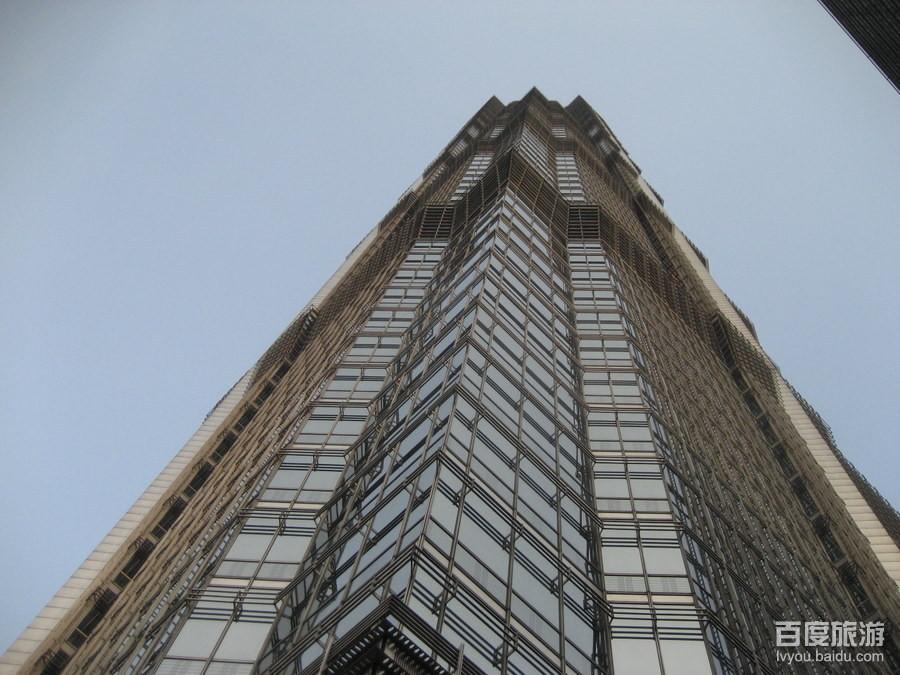 金茂大厦位于上海浦东新区陆家嘴金融贸易区黄金地段