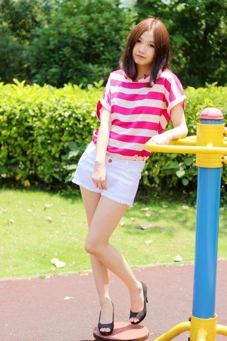 枚红色条纹上衣搭配白色短裤