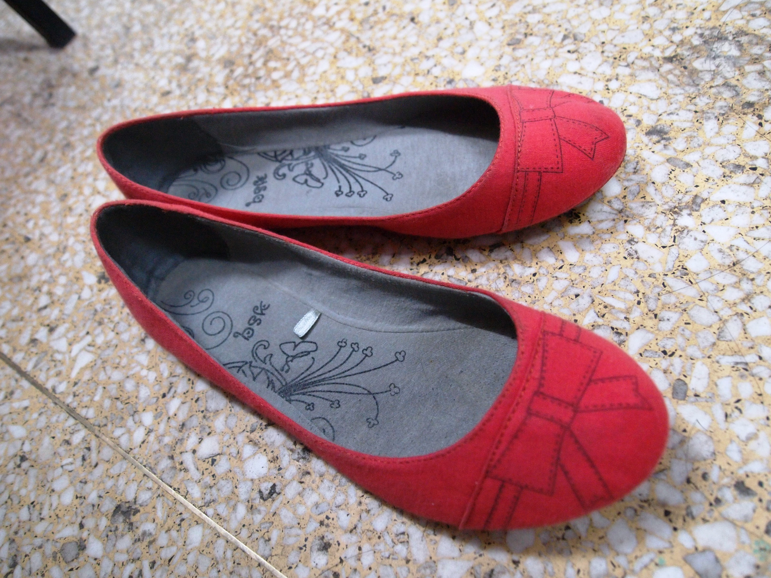 红色的帆布上素描的蝴蝶结和鞋底的花纹,鞋子很软很,.