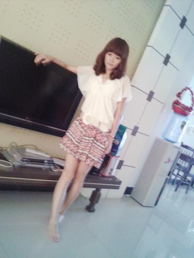 白色的雪纺衫 花色的阔腿裤裙~ 小清新风,很有夏天的感觉哦