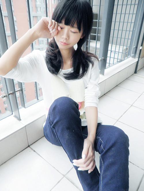 配:白t恤,牛仔裤