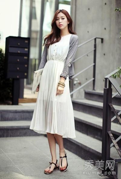 浅灰色针织开衫搭配素雅白色衬衫式长裙,简单大方的风格