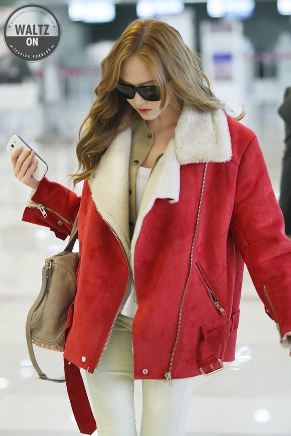 红色外套+米黄色针织衫+白色打底+白色裤子