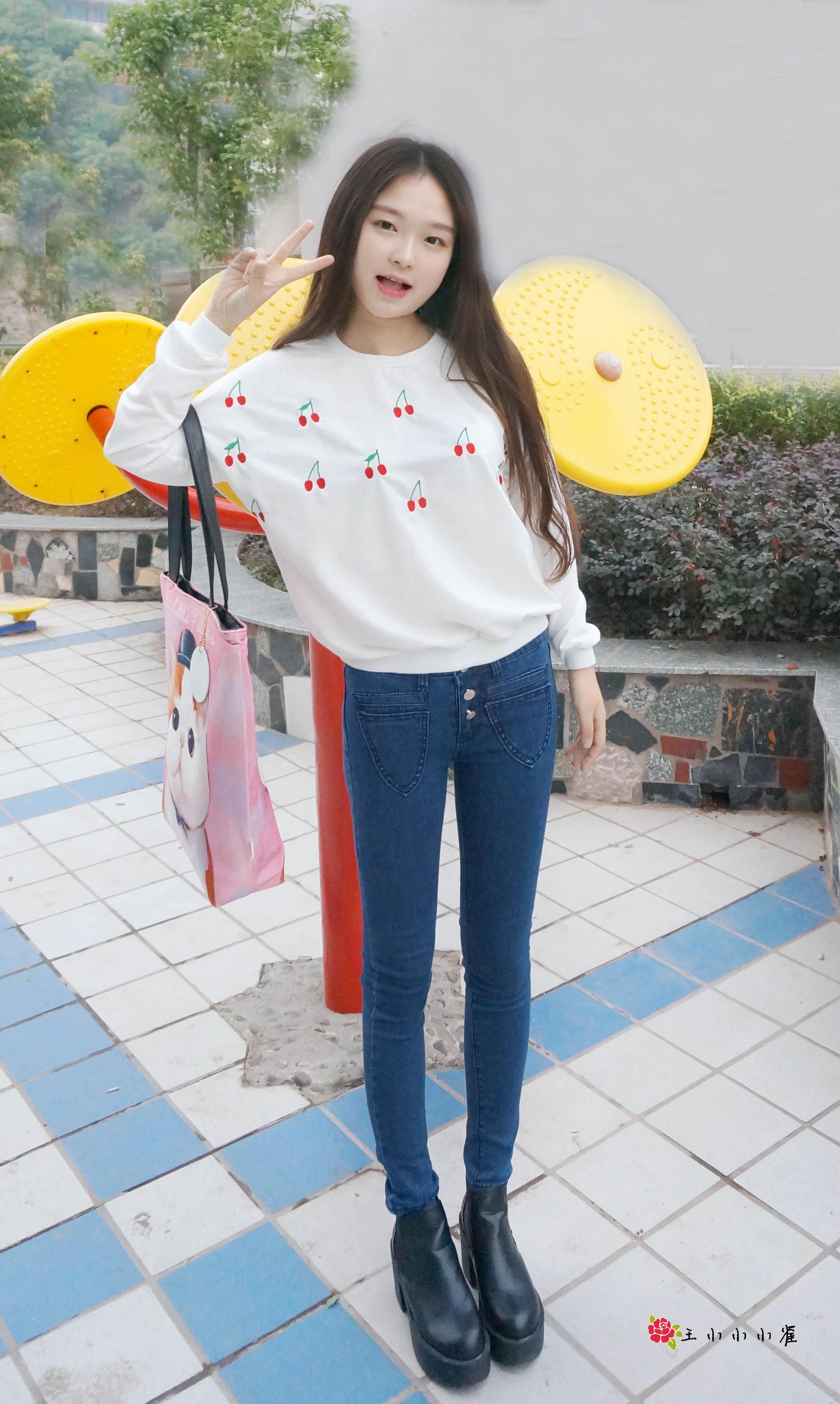 可爱的樱桃刺绣卫衣搭配简单的牛仔裤