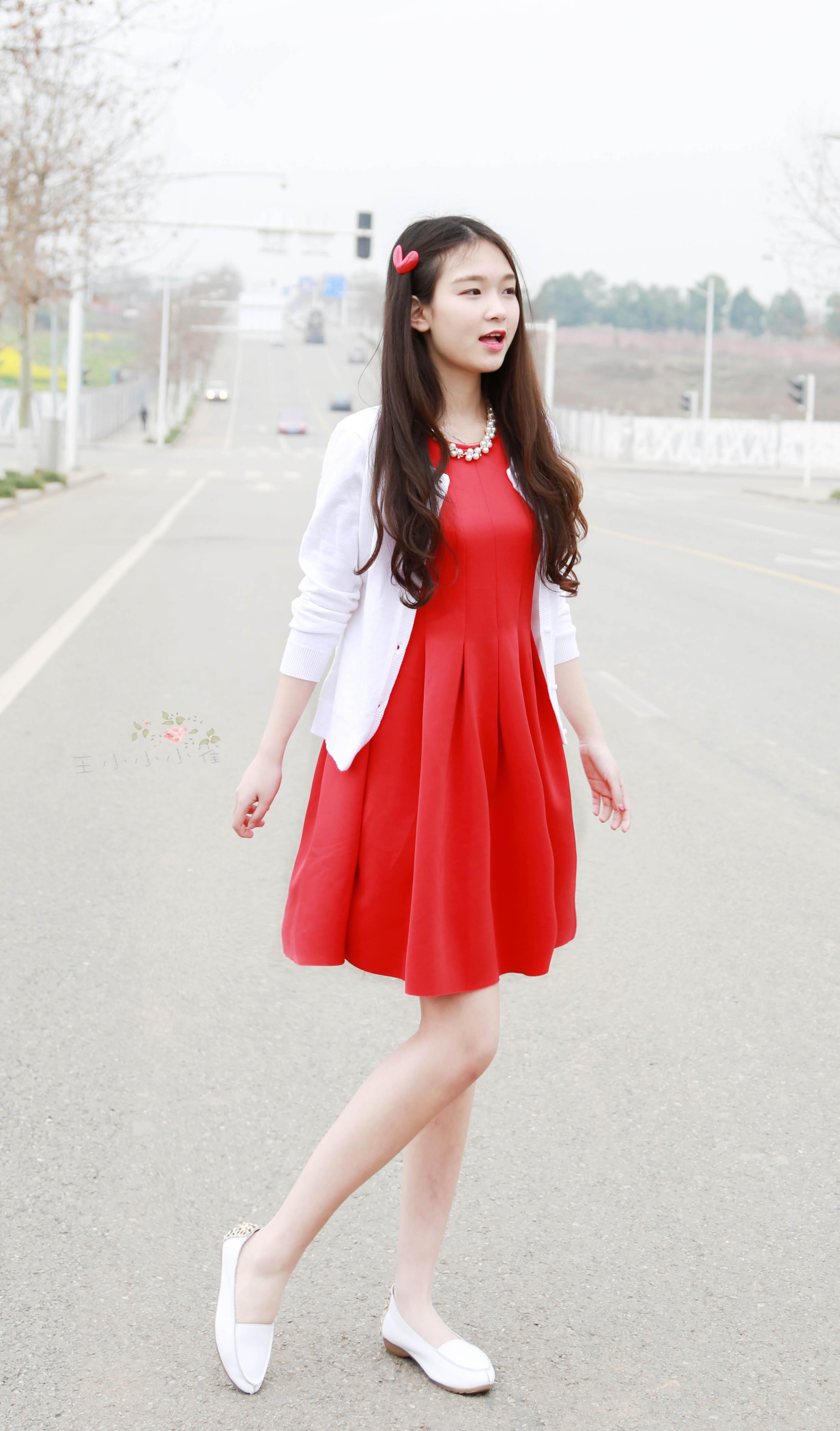 红裙子搭配外套