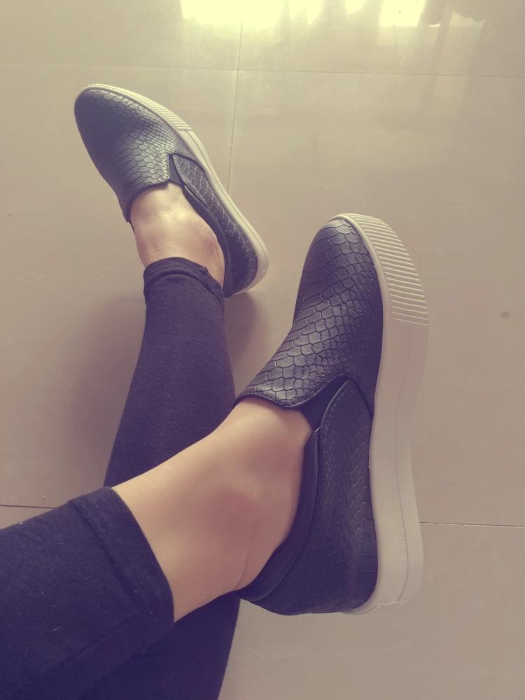 韩版新款休闲风明星同款蛇皮纹尖头厚底内增高乐福单鞋