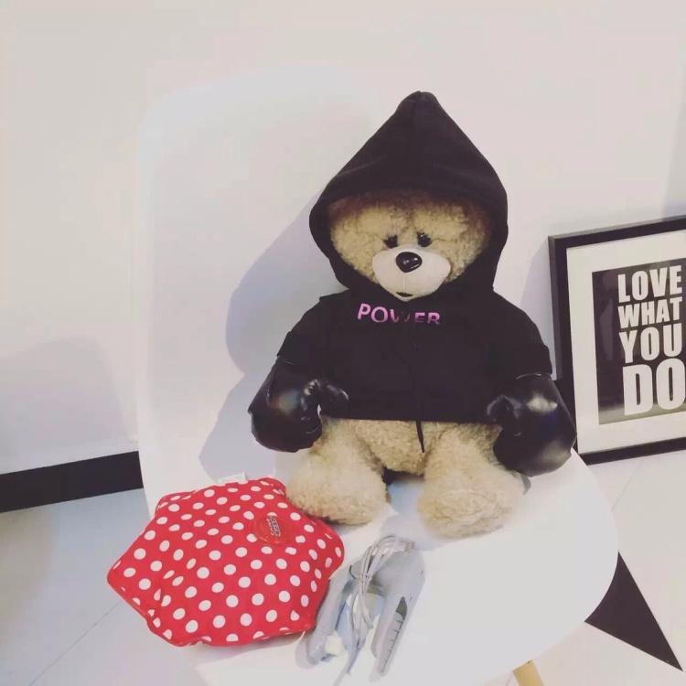 无敌可爱的小熊穿上ssur帽衫带拳击手套皮口罩,帅出新高度  光是一