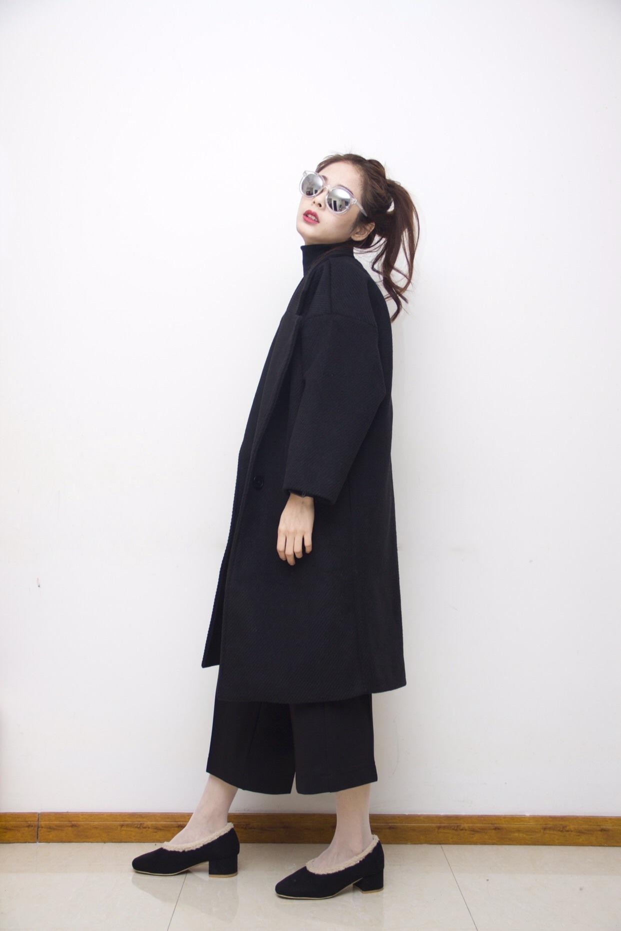 黑毛衣+黑阔腿裤+黑色呢子外套