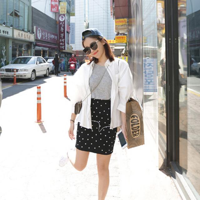 花纹裙,丝袜,墨镜,白色防洒服,高跟鞋,好美